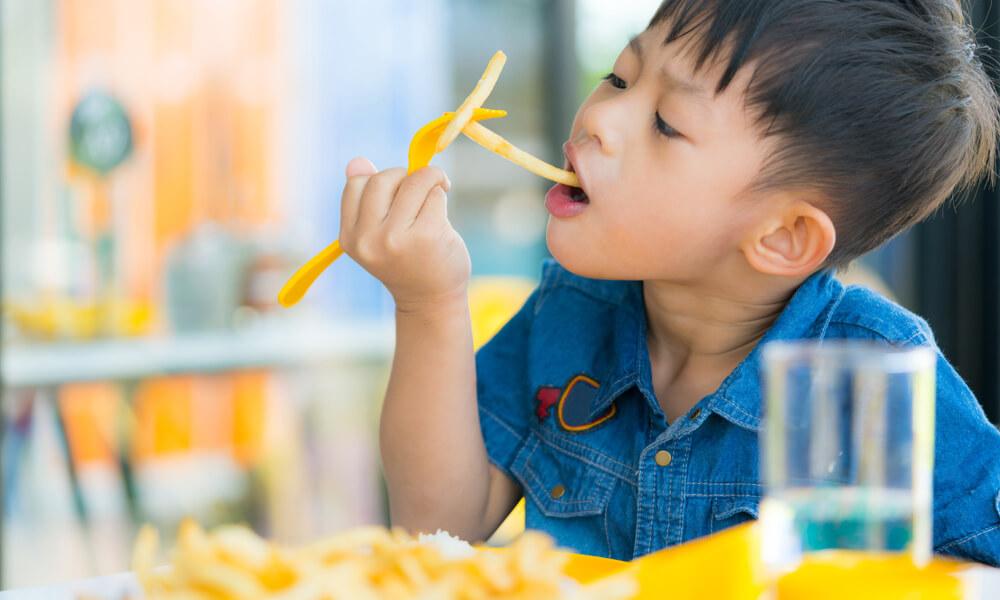 nausea-e-mal-di-pancia-dopo-aver-fatto-il-pieno-di-snack-cosa-fare-quando-i-bimbi-hanno-acetone-1-biochetasi